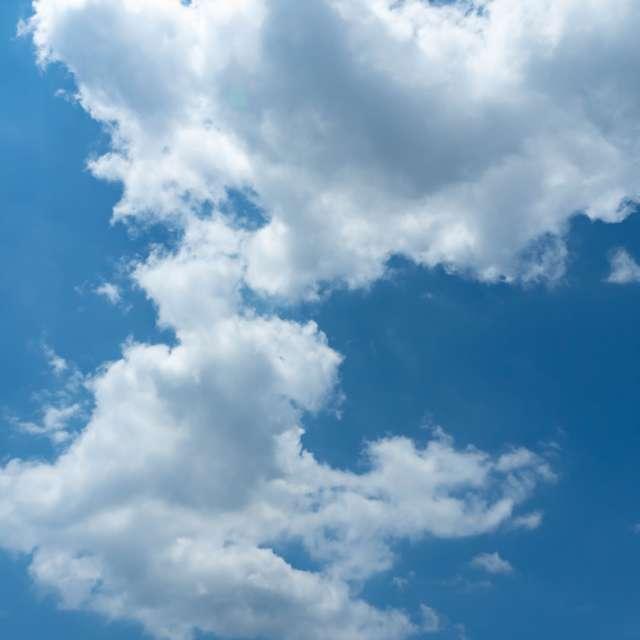 青空に雲が浮かんで