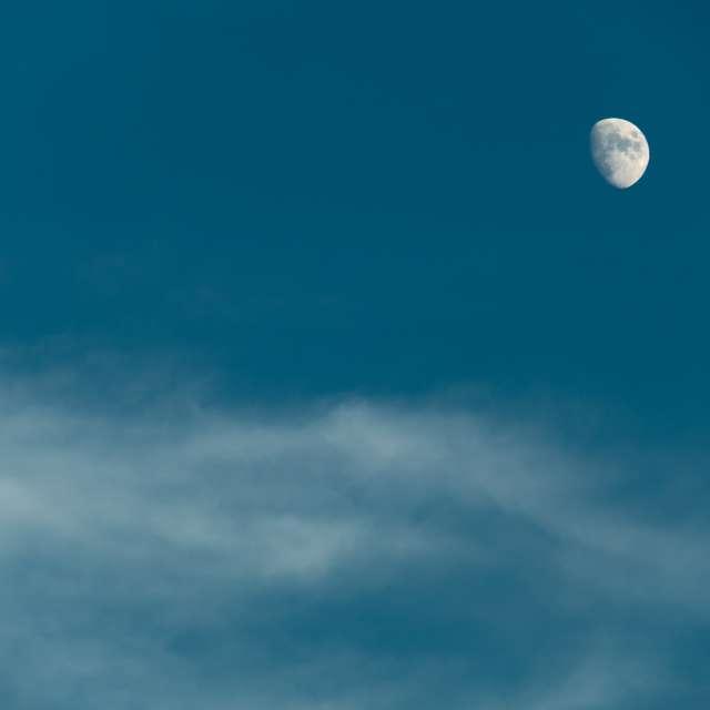 輝き始めた月