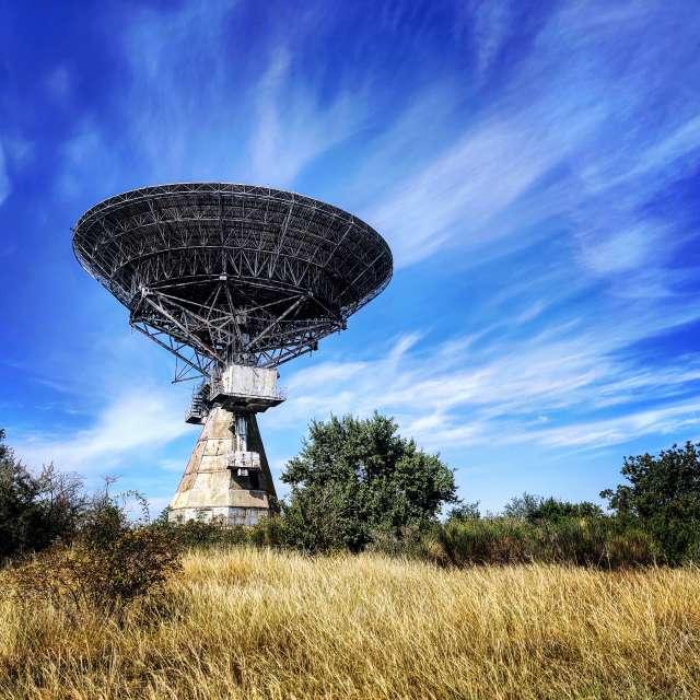 Радиотелескоп в поле
