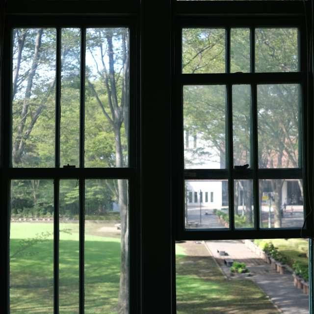 外の景色に誘われつつ、涼む昼下がり。府中市郷土の森博物館にて