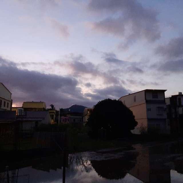 屋頂上烏雲互映