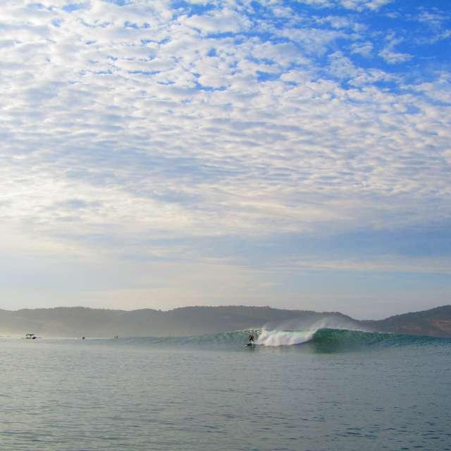 ロンボク島グルプック空と波