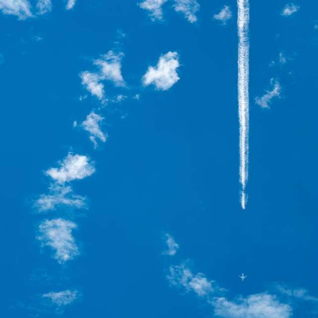 頭上を飛行機が飛ぶ