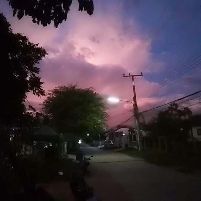 ท้องฟ้าสีโปร่งยามเย็น