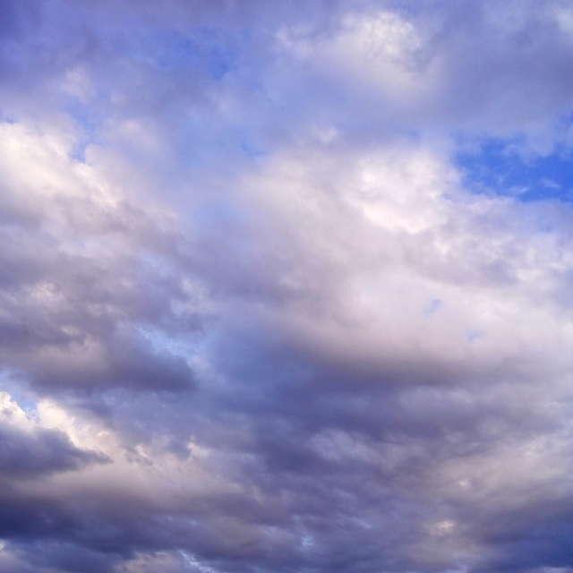 На закате дня облачное небо