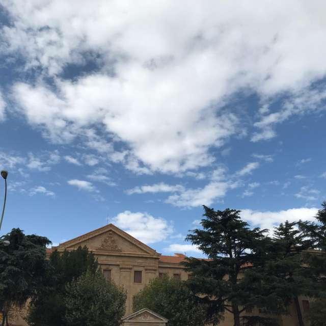 Cielo azul con nubes altas.