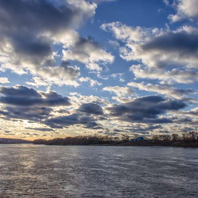 Река, облака, вечер