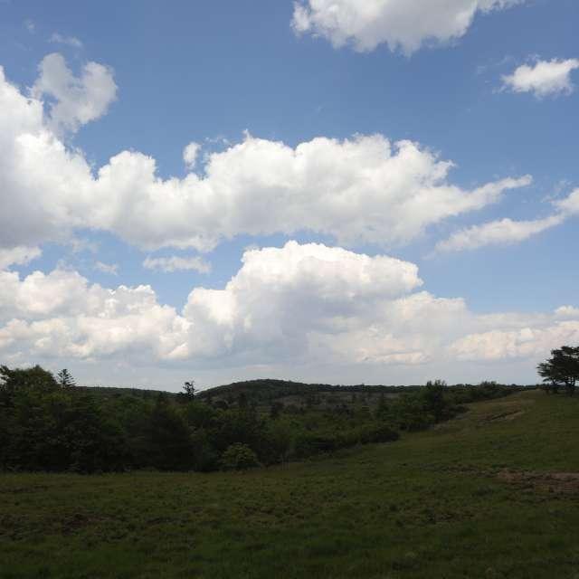 大空の青い空と雲