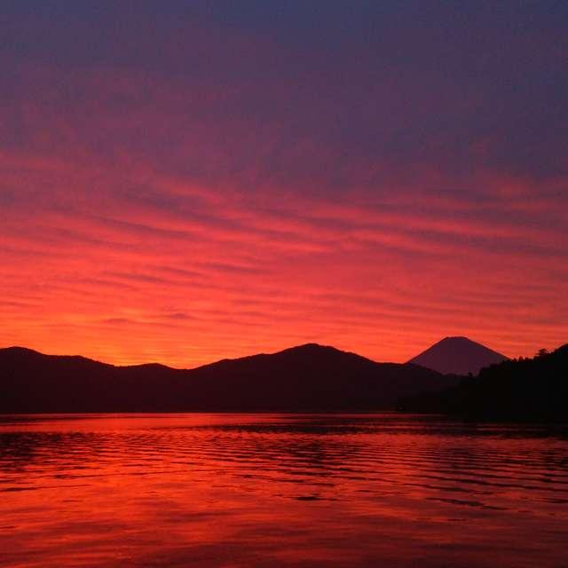 夕景の芦ノ湖と富士