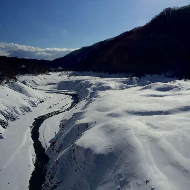 谷間の美しい雪景色