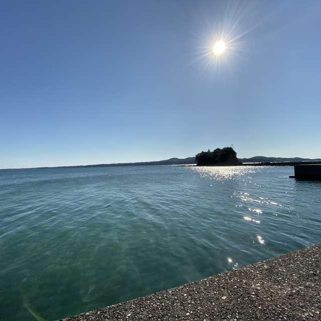 12月なのに風もなく暖かい日だった時の海の写真