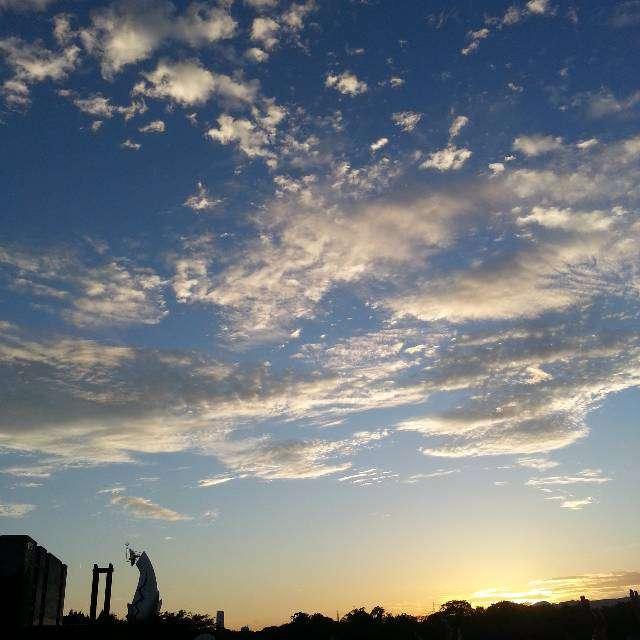 太陽の塔と綺麗な空