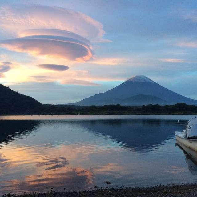 主役つるし雲、富士山は引き立て役