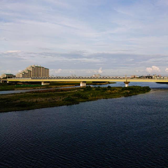 多摩川を渡る小田急線