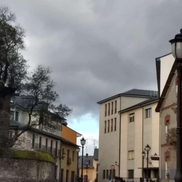 claro azul en un cielo gris.