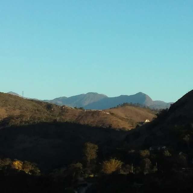 Montanha ao fundo em Itaipava.