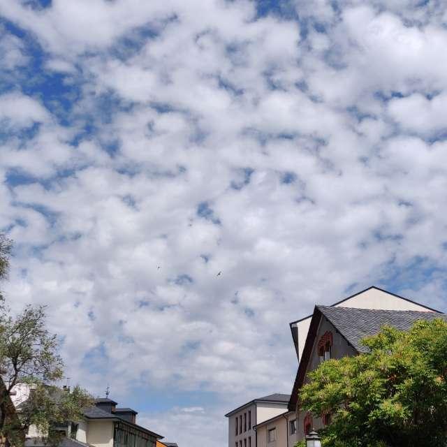 Nubes de algodón. Agradable.