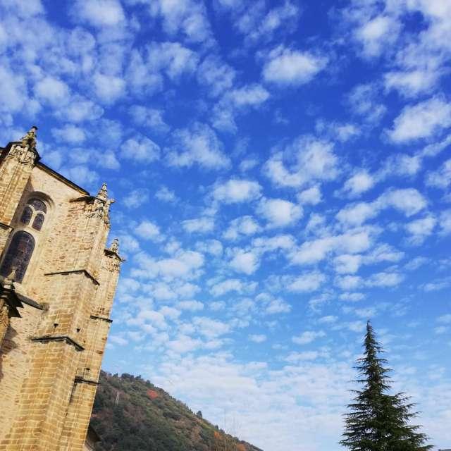 Nubes de algodón y cielo azul.