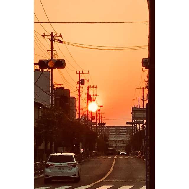 あまりにも大きな夕日にびっくりして、携帯でパシャリ