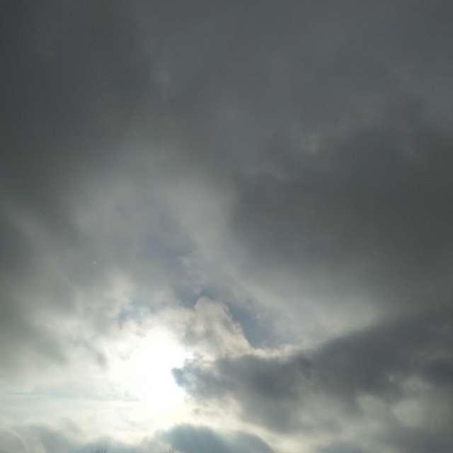 Achter wolken schijnt de zon