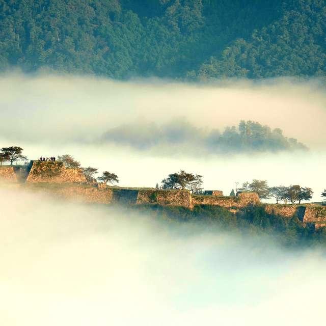 初秋の雲海につつまれる竹田城跡