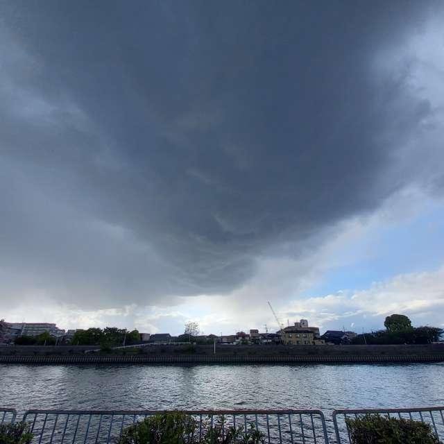 一時的に雷を伴った雨が。