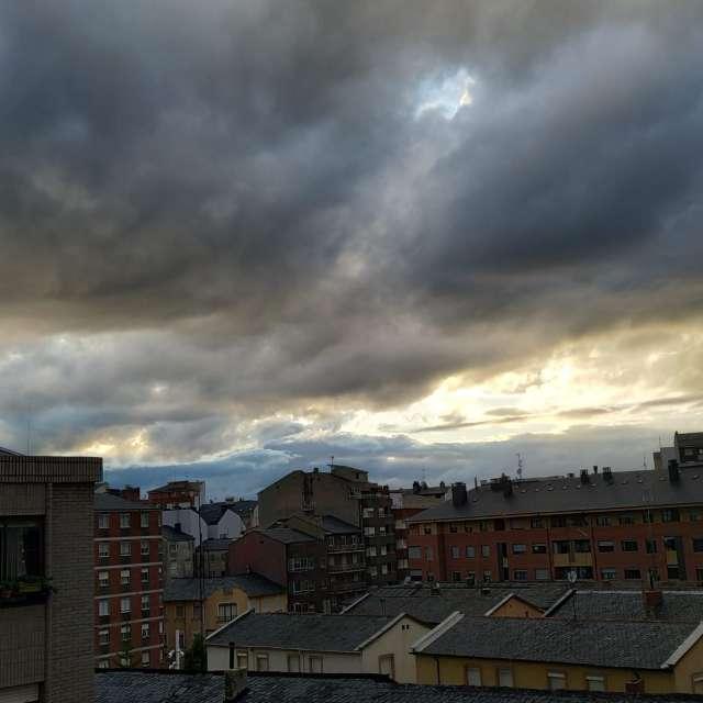 Puesta de sol con nubosidad.