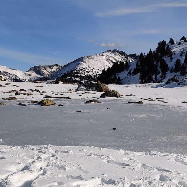 Laguna congelada en Pirineos