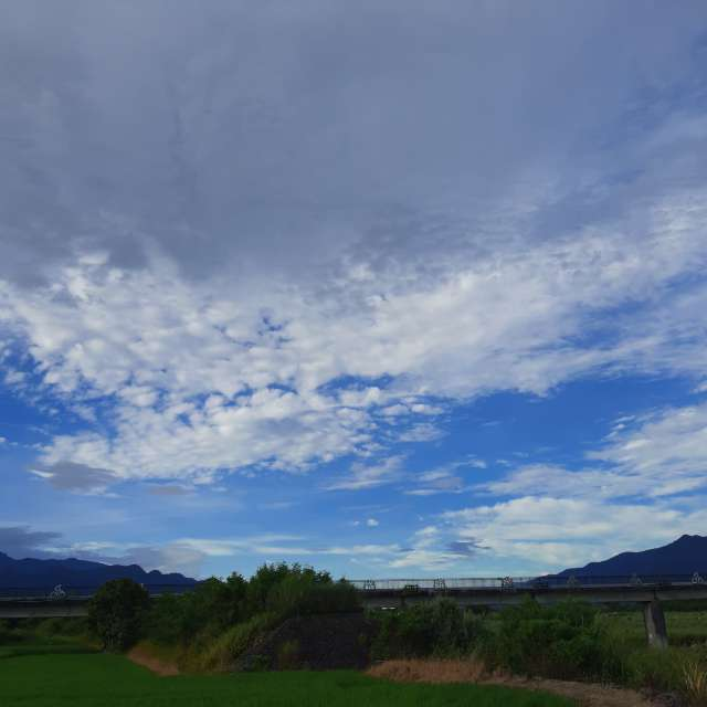 雲層堆疊藍天上