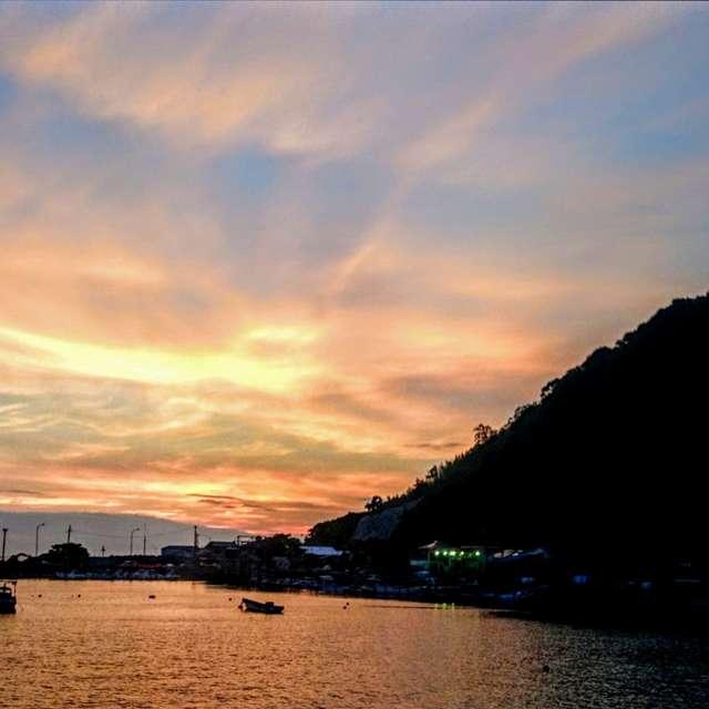 夕焼け雲と港町