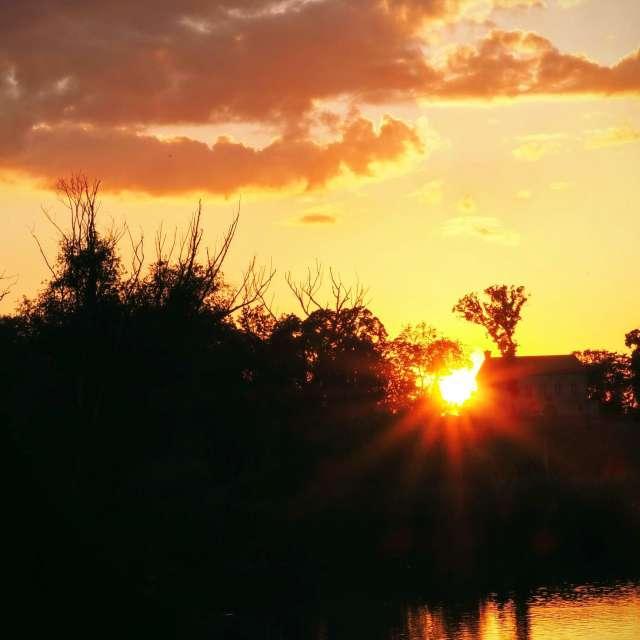 Západ slunce nad rybníkem