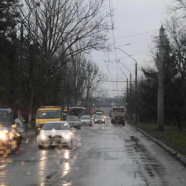 мокрая дорога  машины деревья