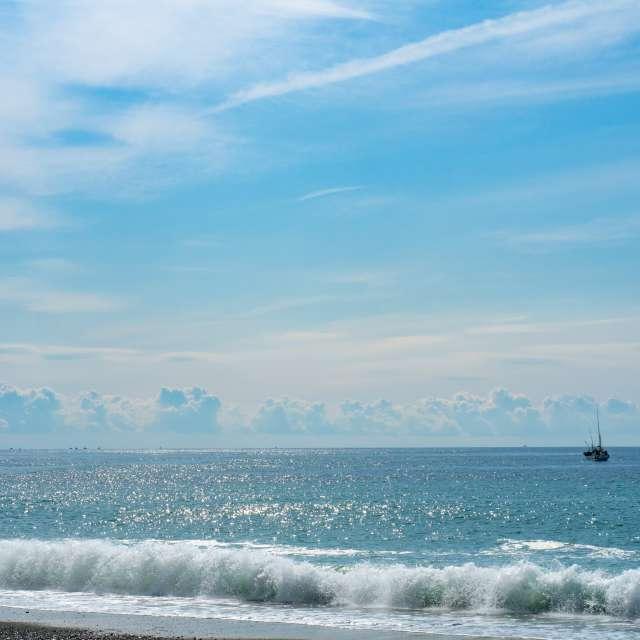 釣り船の浮かぶ小田原の海