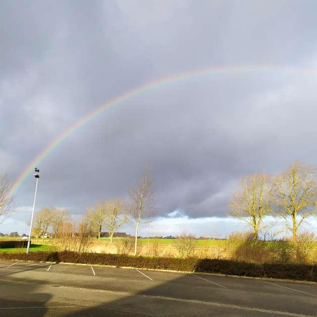 Regenboog boven de velden