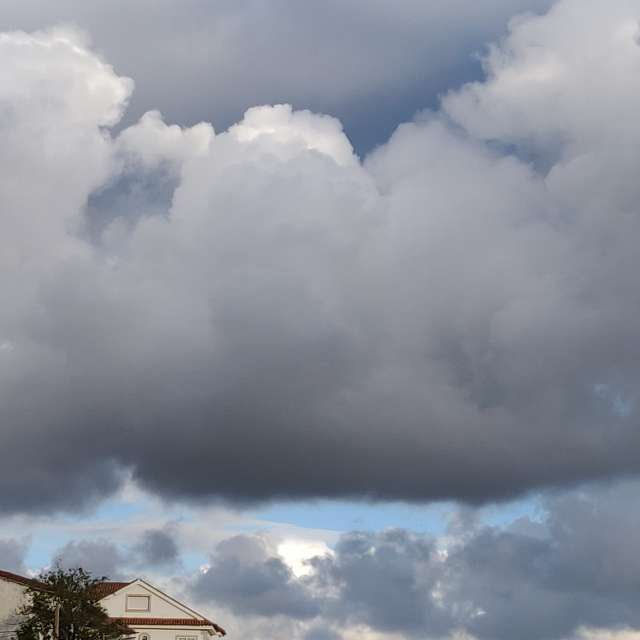 Nubes amenazantes atardecer.