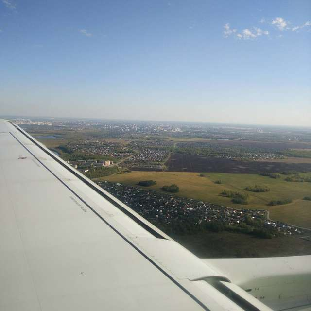 над крылом самолёта