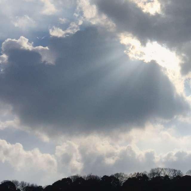 冬雲から溢れる光