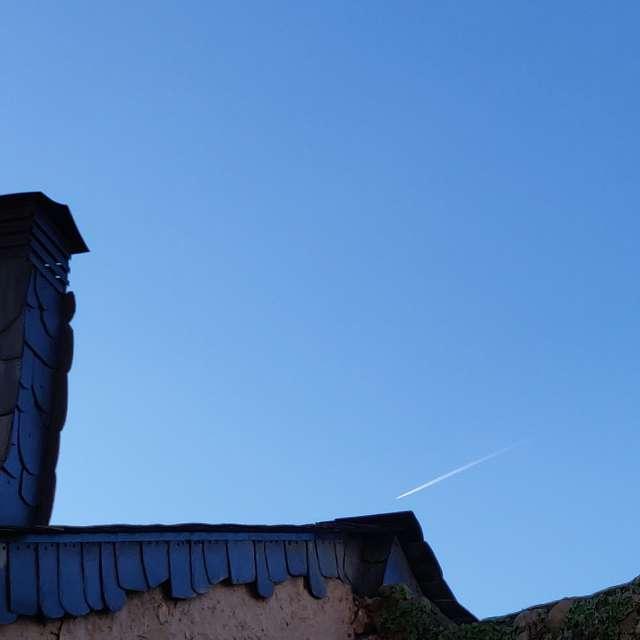 Atardecer con cielo azul.