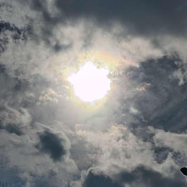 Sol perforando nubes grises