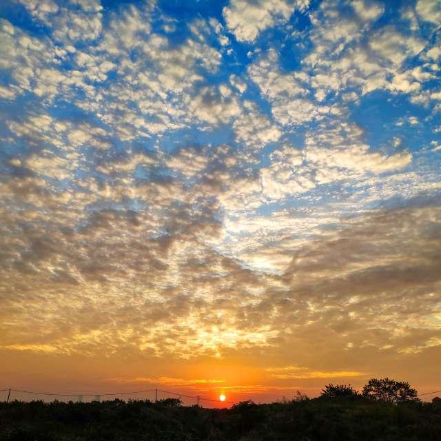 多云的 江 水 太阳