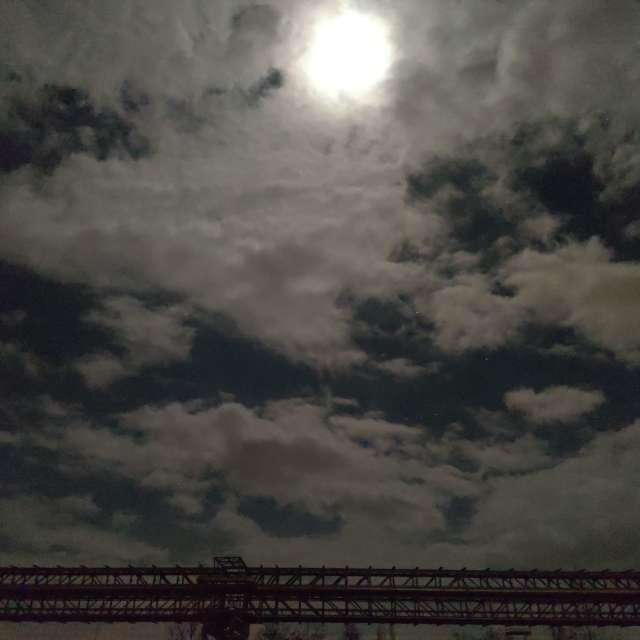 Mond hinter Wolken