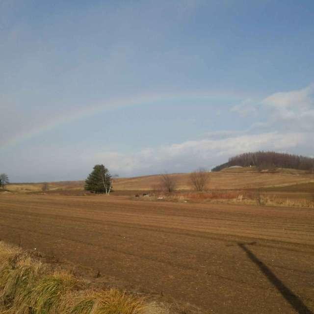 北海道 広大な土地にかかった虹