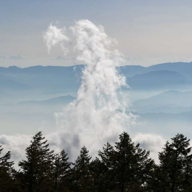 富士山から見た雲海と沸き立つ雲