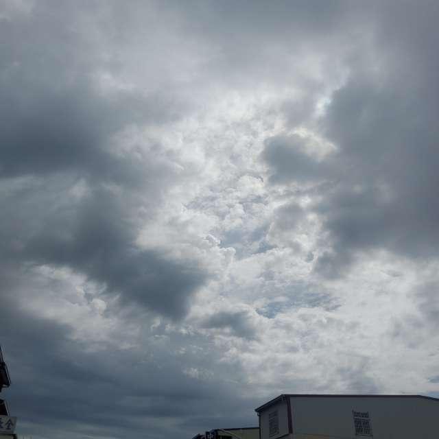 烏雲群起舞陽光陪伴