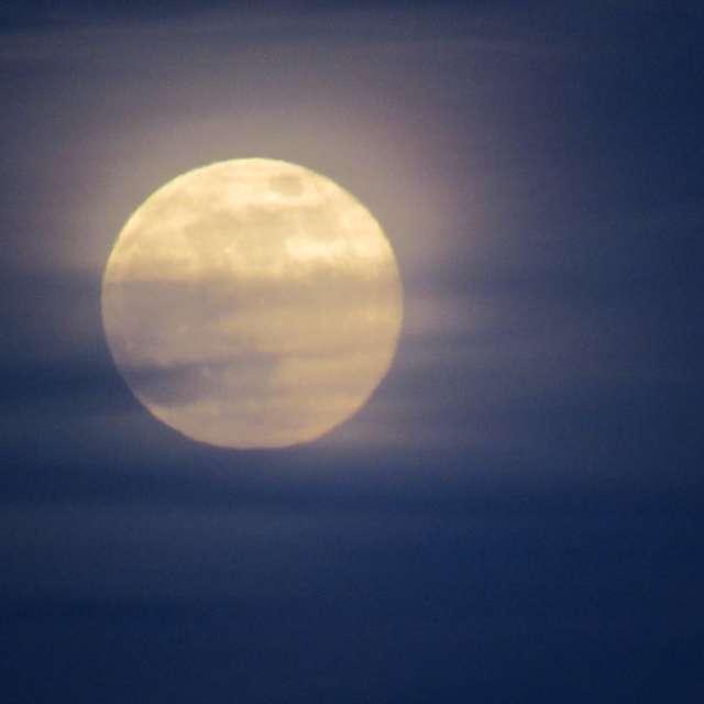 Полная луна в дымке