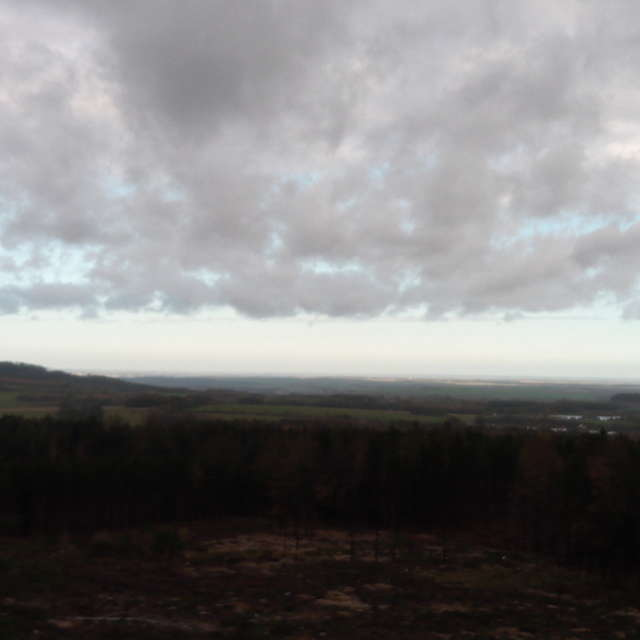 Větrné mraky nad krajinou