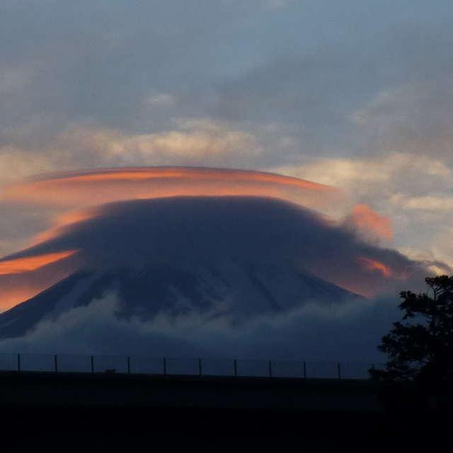 傘雲の夕焼け