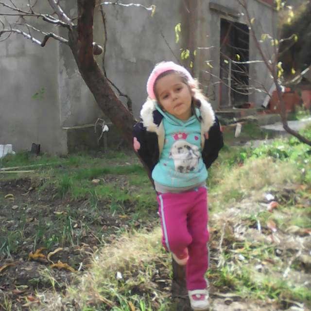 ma fille ryma dans le jardin