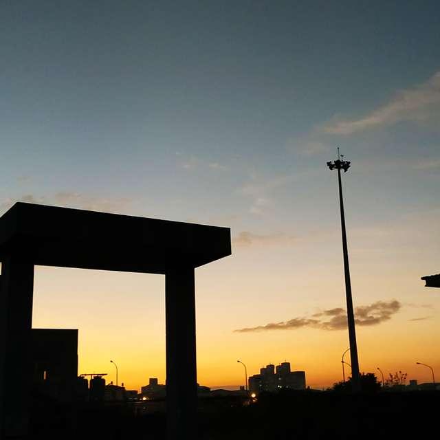 夕陽初落,黑影乍現