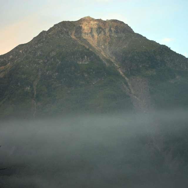 早朝の大正池から焼岳を